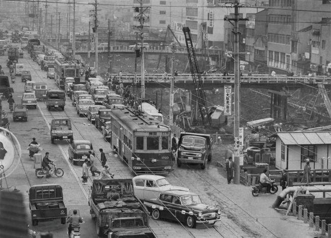 1961年に廃止され、トロリーバスに転換される大阪市電東西線(21/25 ...
