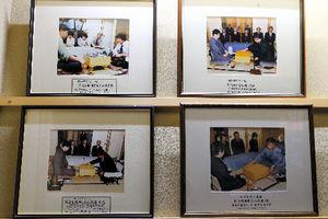 常磐ホテルの2階に掲げられている囲碁名人戦の写真=12日午後、甲府市、長島一浩撮影