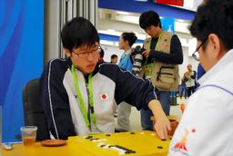 予選1回戦でタイの選手と対局する井山裕太名人=23日、中国・広州市の広州棋院