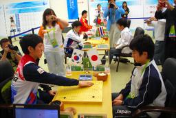 日本男子は予選で韓国に2—3。手前は主将戦の韓国・李昌鎬—日本・山下敬吾(右)