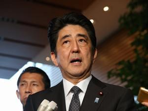北朝鮮による拉致問題の再調査について発表する安倍晋三首相=29日午後6時26分、首相官邸、越田省吾撮影