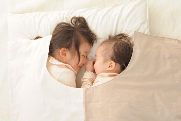 すやすや眠る赤ちゃんをそっと包む「首くり」布団
