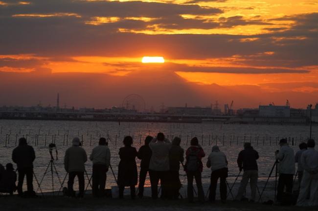 写真 千葉県船橋市の三番瀬からダイヤモンド富士を撮影する人たち