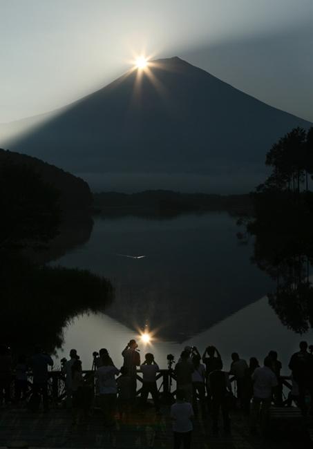 写真 田貫湖に映るダイヤモンド富士