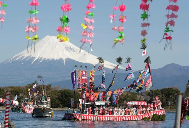写真 富士山をのぞむ海上を進む静岡県沼津市の大瀬祭りの漁船