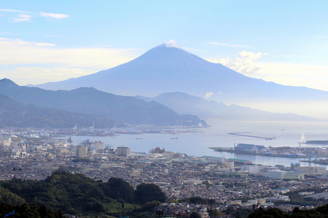 写真 日本平からのぞむ富士山。手前は清水の街並み=22日、静岡市清水区、杉本康弘撮影