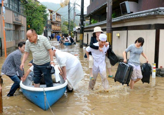 朝日新聞デジタル:川の水があふ...