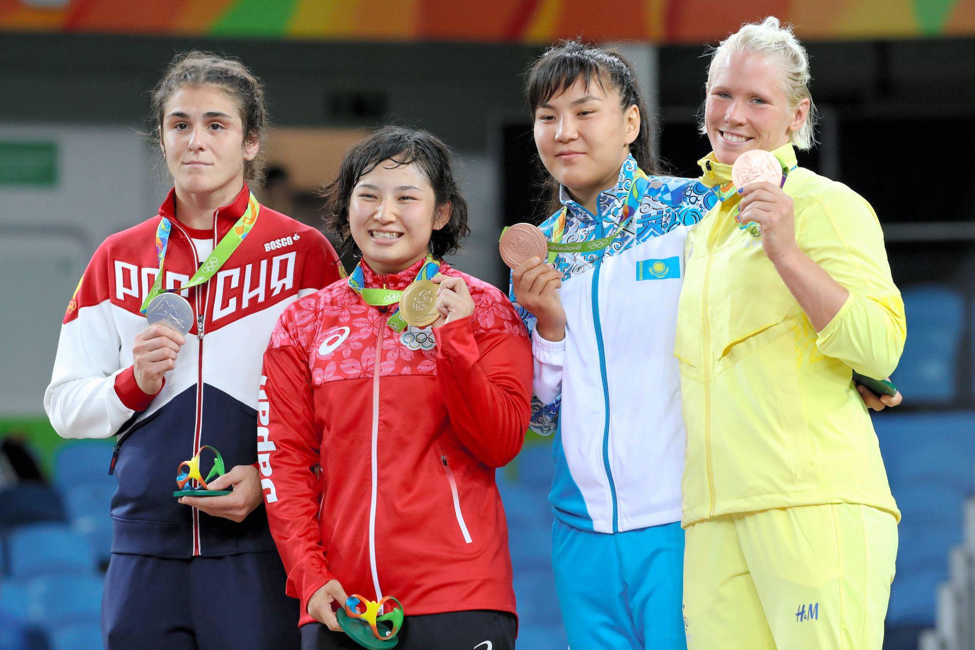 女子69キロ級の表彰式で金メダルを掲げる土性沙羅(左から2人目)=林敏行撮影(7/29)-レスリング女子、金ラッシュ リオオリンピック 2016:朝日新聞デジタル