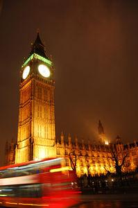 ビッグ・ベンの鐘が1月1日零時の鐘を鳴らすと同時に盛大な花火と、人々の「ハッピー・ニュー・イヤー」のあいさつが始まる
