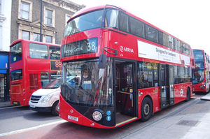 ほかのバスに比べると、ずいぶん丸みをおびている新型ルートマスター
