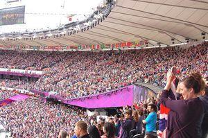 スタジアム内、立ち上がって応援する大観衆