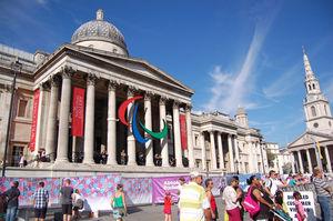 ナショナル・ギャラリー前に掲げられたパラリンピック・ロゴ