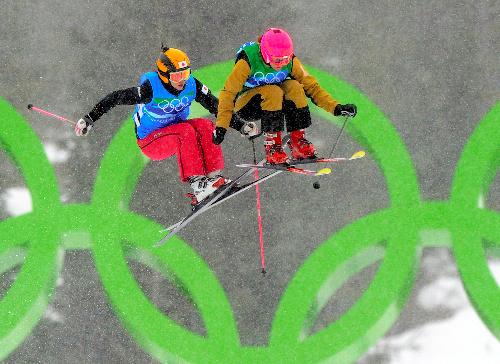 写真:女子スキークロス1回戦でジョスロン(フランス)と2位を争う福島のり子(左)=AP