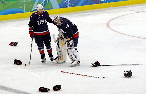 写真: 延長戦の末、カナダに敗れ肩を落とす米国GKミラー(右)に声をかけるオルピック=AP