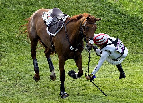 写真:総合馬術の耐久で落馬する大岩義明=AFP時事 総合馬術の耐久で落馬する大岩義明=AFP時事