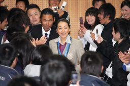 写真: 在校生に迎えられ、笑顔を見せる浅田真央選手(中央)=3日午後、愛知県豊田市の中京大学豊田キャンパス、加藤丈朗撮影