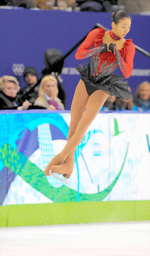 写真:バンクーバー五輪でトリプルアクセルを跳ぶ浅田真央=飯塚晋一撮影