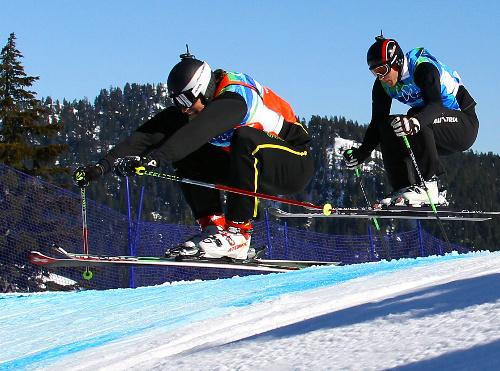 写真:男子スキークロス決勝で先頭を滑る優勝したシュミット(左=スイス)。右は2位になったマット(オーストリア)=金川雄策撮影