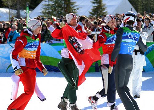 写真: 最終ジャンパーのシュリーレンツァウアー(右端)を迎えるオーストリアの(左から)モルゲンシュテルン、コフラー、ロイツル=金川雄策撮影
