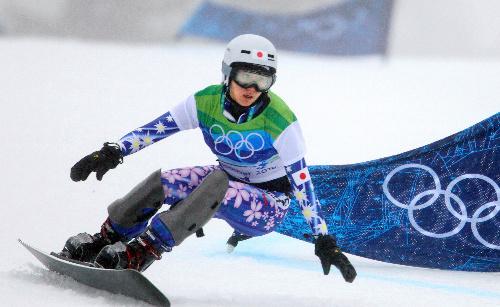 写真: 女子パラレル大回転1回戦で滑走する竹内智香=金川雄策撮影