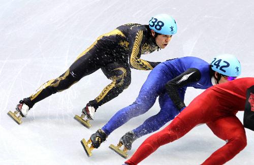 写真: ショートトラック男子500メートル準々決勝で敗退した吉沢純平=飯塚晋一撮影