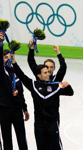 写真: 男子5000メートルリレーで米国が3位に入り、五輪通算8個目のメダルを手にしたオーノ(手前)=飯塚晋一撮影
