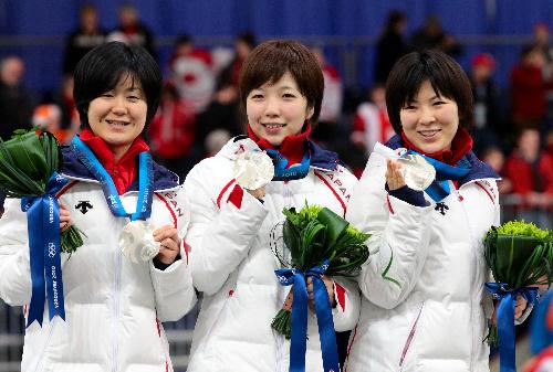 写真:女子団体追い抜きで2位になり、銀メダルを手にする(左から)田畑真紀、小平奈緒、穂積雅子=飯塚晋一撮影