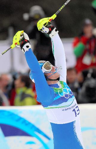 写真: 男子回転の2回目を滑り終え、ストックを突き上げて喜ぶラッツォーリ(イタリア)=金川雄策撮影