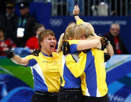 写真: 延長11エンドでカナダを破り、優勝を喜ぶスウェーデンの選手たち=ロイター