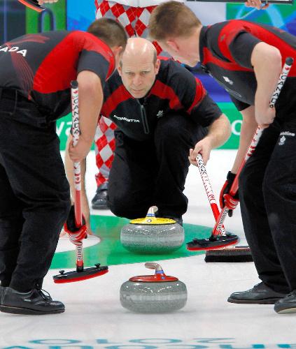写真: カーリング男子決勝でストーンの行方を見つめるカナダ主将のマーチン=ロイター