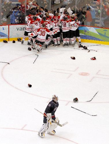 写真: アイスホッケー男子決勝で米国を破り優勝を喜ぶカナダの選手たち。手前は米国のGKミラー=ロイター