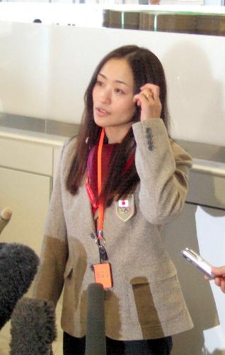 写真:出国前の会見で、五輪への意気込みを語った上村愛子 出国前の会見で、五輪への意気込みを語った