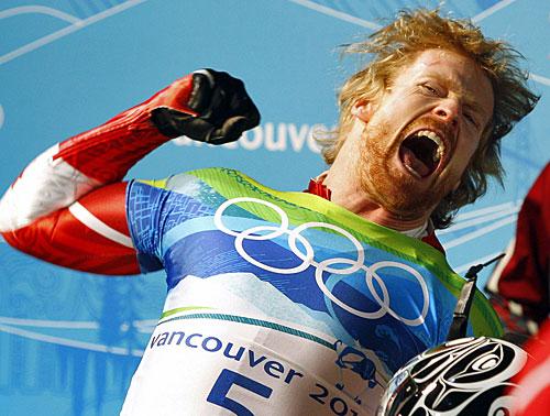 写真:スケルトン男子、金メダルが決まり喜ぶモンゴメリー(カナダ)=AP