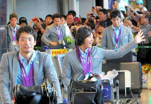 メダルを胸にかけて帰国した(手前から)入江、鈴木、松田、北島、藤井ら競泳メダリストたち=7日午後、成田空港、山口明夏撮影