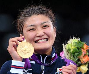 女子63キロ級で優勝し、金メダルを手に笑顔を見せる伊調馨=樫山晃生撮影