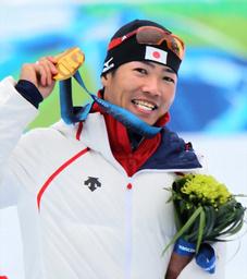 写真: 男子スプリント(立位)で優勝し、金メダルを掲げる新田佳浩=林敏行撮影