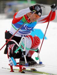 写真: 男子スプリント(座位)で力走する長田弘幸