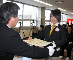 写真: 小原敏之校長から卒業証書を受け取る太田渉子(右)=山形県尾花沢市の北村山高校