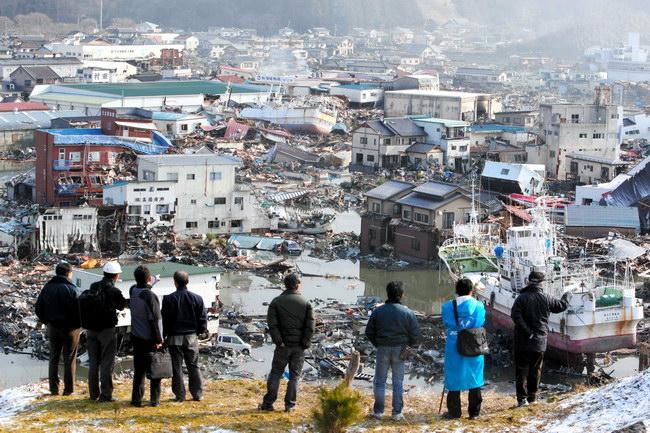 津波に襲われた宮城県気仙沼市内は、がれきの山になった=12日午前8時28分、小宮路勝撮影
