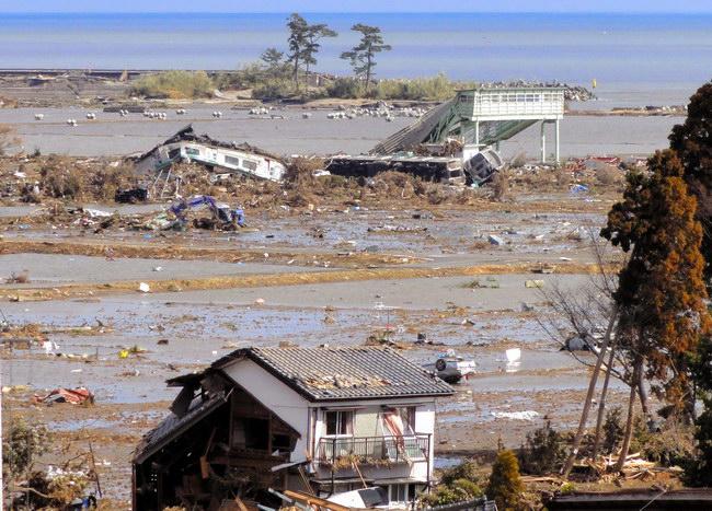 asahi.com(朝日新聞社):津波に押し流されて変形した車両 ...
