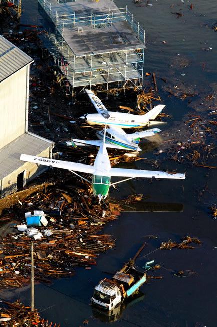 asahi.com(朝日新聞社):津波で流された航空機=12日午前6時47分 ...