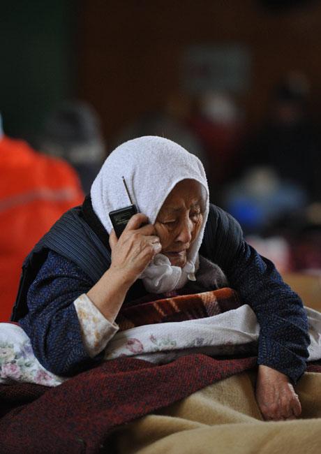 写真 伊藤艶子さん(85)は体調が悪く、出歩くことが難しい。ラジオに耳を傾け... asahi.