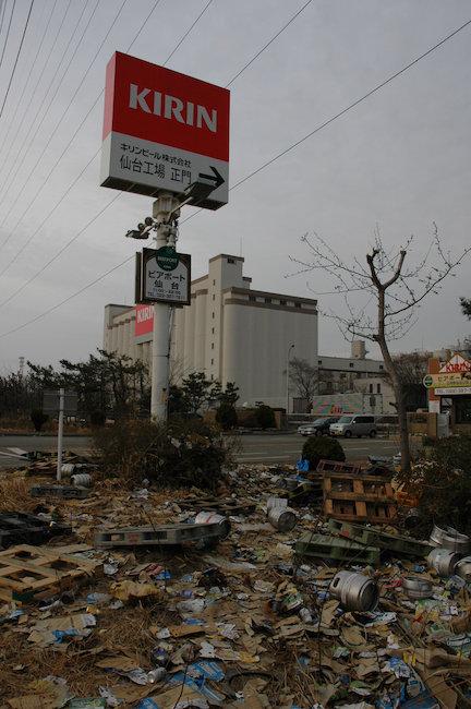 写真 東日本大震災で被災したキリンビール仙台工場 。入り口周辺には、流された... asahi.