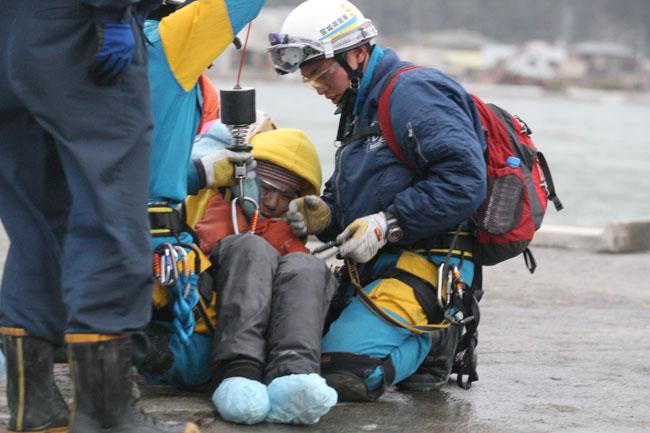 asahi.com(朝日新聞社):救助され、ヘリコプターで搬送される ...
