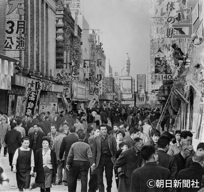朝日新聞デジタル 1965年 にぎわう浅草六区の映画街 浅草今昔 17 38