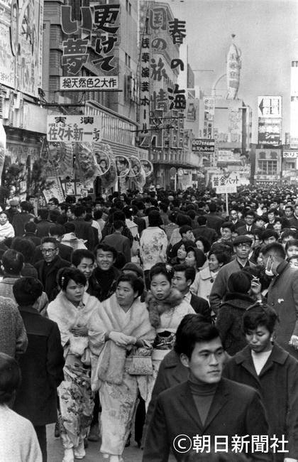 朝日新聞デジタル:1967年、ぎっしりと人で埋まった東京・浅草六区 ...
