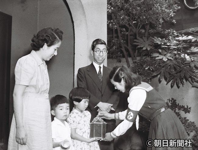 朝日新聞デジタル 1950年7月 ホタルの贈呈を受ける三笠宮ご一家