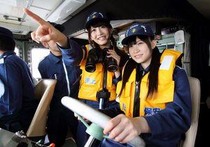 写真:巡視艇のかじを握る後藤理沙子さん(右)と井... 巡視艇のかじを握る後藤理沙子さん(右)と