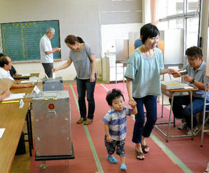 参院選で一票を投じる人たち