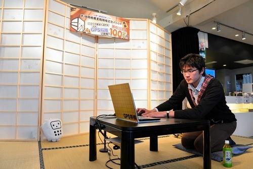 将棋プログラム「GPS将棋」と対戦する参加者=24日午後、東京都渋谷区、福留庸友撮影